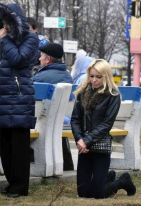 A woman praying in a public square in Cherkasy (Photo from dyvys.info)