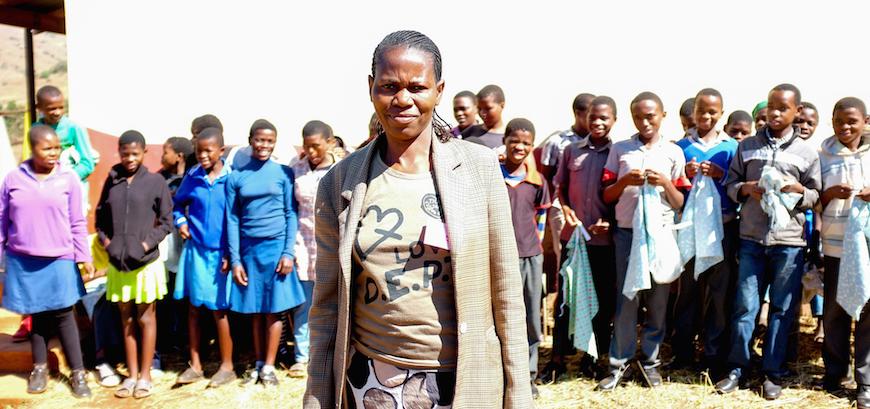 Un maestro que ha sido entrenado en la sanación de traumas basado en la Biblia. En algunas partes de Swazilandia, hasta el 75% de los alumnos han perdido a uno o ambos padres a causa del SIDA. (Foto © Adam Garff / Sociedad Bíblica Danesa)