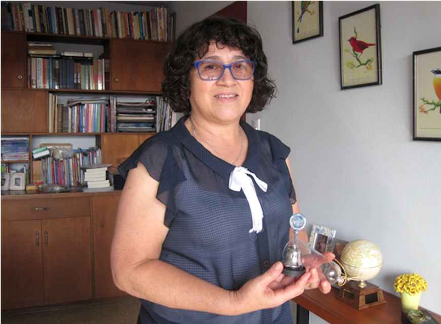 Mayra Ugalde with the Bible Society of Costa Rica's award from the United Nations