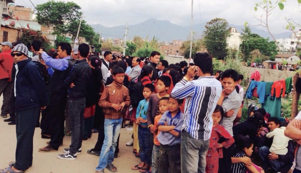 Miembros de la iglesia evacúan el edificio y se unen a otras personas en las calles